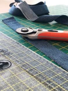 For å stive opp vesken og gi den en litt flott finnish lager jeg tittekanter eller passpoaler i jeansstoffet.
