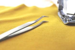 Om du syr i et viskosestoff eller i en tynnere kvalitet så vil pinsetten være et godt verktøy for å holde stofflagene ovenpå hverandre når sidesømmen sys.