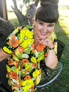 Kjolen har glade farger og en halsringning som holder alt på plass selv under en sykkeltur