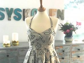 Nydelig kjole med korsettliv og legg i midjen
