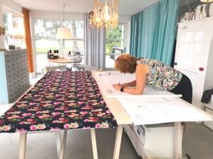 Det er super deilig å ha et stort klippebord - jeg er ihvertfall for gammel til å kravle på gulvet lenger.