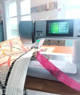 Det finnes mange måter å sy en lukkekant - dette er min favoritt - med kantebåndsapparatet som folder båndet 4 ganger
