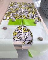 Kjolens overdel klippes med korte ermer - en god ide er å legge stoffet med rettsiden opp så man kan tilpasse plasseringen av mønsteret i stoffet