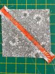 Når strimmelen med batikstoffet er sydd så måler den kun en halv inch