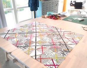 Quilten er puslet sammen og består av 80 blocker - de svarte linjene danner et rutenett som gir en flott struktur til quilten