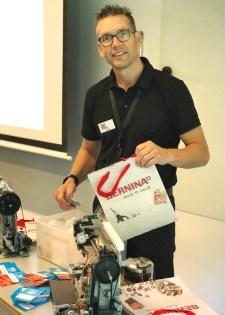 Morten har alltid en frisk kommentar og er vanvittig dyktig når det gjelder det tekniske med symaskiner - ikke så vanskelig å forstå at han hadde mange på sitt kurs