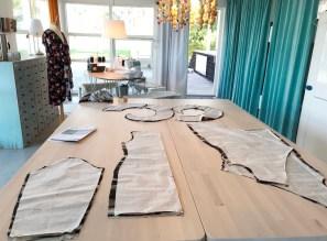 Kjolen består av to forstykker, ett bakstykke og ermer. I tillegg kommer de tre delene til volangten
