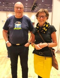 """Jeg var så heldig å få lov til å ta et bilde av dette smukke par - takk for at jeg fikk forevige T-skjorten pluss merket i nakken så jeg kan oppspore en til min mann som også elsker gamle VW-""""rugbrød"""" som de kalles i Danmark"""