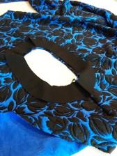 Kjolens skuldersøm og beleggets skuldersøm er sydd og belegget er klart til å sys sammen med kjolen rettside mot rettside