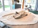 Her er skoneringen lagt på rette mot rette på kjolen - den måler ca 10 cm i høyden og er av bomullslerret