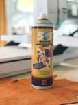 Jeg valgte istedet å bruke litt av 505-sprayen som limer fast materialet en stund - på denne måten unngikk jeg å få hull fra tråklestingene på skinnet