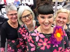 En glad gjeng i forskjellige antrekk, men i samme stoff - så gøy å jobbe sammen med disse flotte damene