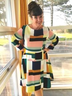 En usynlig fald gir tyngde og definisjon til kjolen samtidig som den er behagelig