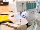 Belegget sys hurtig på halsringningen med overlocken - er du usikker kan du sy den først med symaskinen