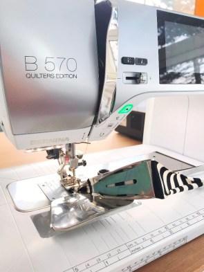 Jeg har kantebåndsapparat til symaskinen montert - den folder båndet fire ganger i motsetning til covermaskinens tre ganger - jeg elsker at det er like pent på vrangen som retten dvs at bare stikningen synes, ikke coversømmen