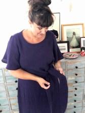 Knytebeltet gir akkurat nok plass til at du ikke behøver glidelås for å få på kjolen - og er samtidig en lekker detalje