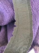 Klipp ned eller lag små hakk i halsringningens sømmonn for at det legger seg pent når du vender det