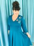 De 3/4-lange ermene gir kjolen et lett preg og er behagelig både på kjølige sommerdager såvel som innendørs på vinteren
