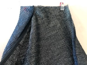 Legg stoffet rette mot rette og fold kanten rundt om kantebåndet - fest med wonderclips