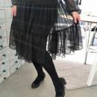 Det siste momentet er å legge opp kjolen og det gjør jeg med en perlekant sydd på med multifunktionsfoten.Det er en stor fordel å ha perlene i kanten på kjolen - tyngden gjør at de bidrar til kjolens flotte fall