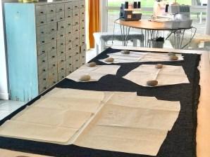 Viktig å sjekke at det er plass til alle mønsterdelene - skjørtets forstykke skal klippes for seg, mens bakstykket skal mot fold