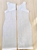 Jeg har brukt min grunnform og tegnet en etterstittende kjole. I tillegg har jeg laget et belegg som strekker seg ned under ermet og som vil sørge for at det ikke kommer noen ubehagelige kanter i hverken halrsringningen eller i ermringningen