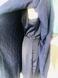 Her ser du kjolen fra siden hvor beltet går igjennom forstykket og bindes bak på ryggen