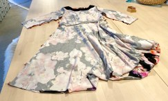Fold kjolen så den ligger rette mot rette og sett wonderclips i erme- og sidesømmene. Sy sammen med overlocken