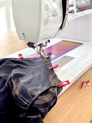 Jeg valgte å feste stroppem fast med symaskinen. Resten ble sydd på overlocken.
