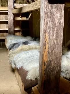 Rusitk og koselig inne i jernalderhuset - dyrene er i samme hus, men i en avdeling for seg selv