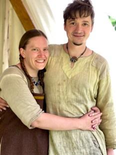 Skjønne Tinna og Rasmus er dyktige håndtverkere og historiske formidlere - og så må de vel nesten også kunne utropes til årets søteste par.