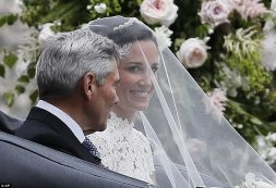 40939DFE00000578-4526332-Pippa_flashed_a_smile_for_the_cameras_upon_her_arrival-m-42_1495328967232