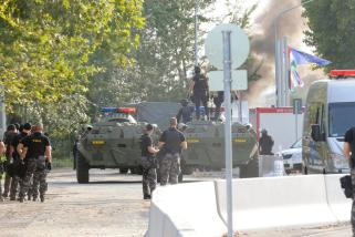 Röszke, 2015. szeptember 16. Terrorelhárítási Központ (TEK) tagjai és BTR páncélozott szállító harcjármûvek a Röszke-Horgos határátkelõhely magyar oldalán 2015. szeptember 16-án. MTI Fotó: Kelemen Zoltán Gergely