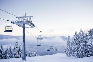 empty-chair-ski-lift-on-bright-winter-day-picjumbo-com