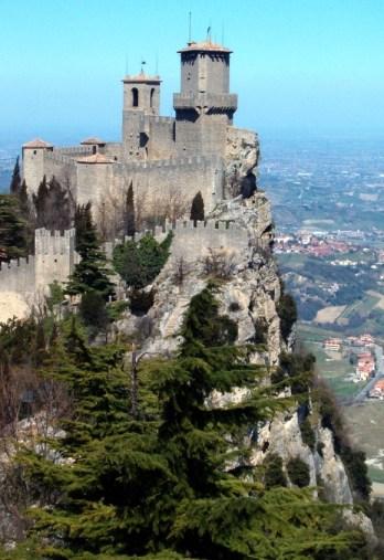 A vár, utunk során ilyen látvány fogad.