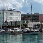 Kikötő, hajók és hotel épület