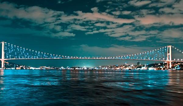 Boszporusz hídja éjjel Isztambulban