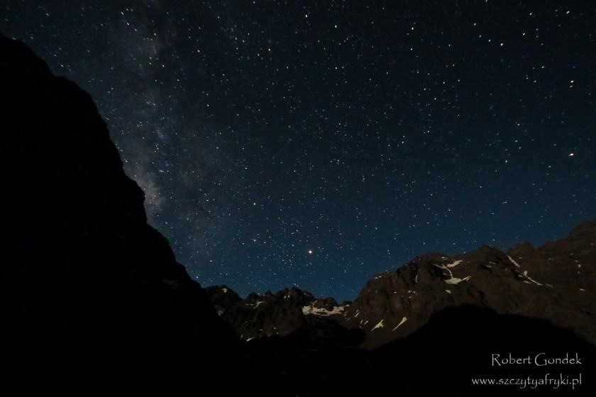 Nocny widok z drogi na Jebel Toubkal - najwyższą górę Maroka