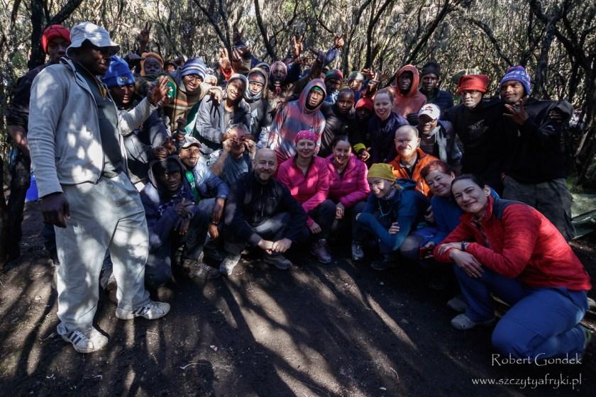 Ostatni dzień w górach - pamiątkowe zdjęcie z ekipą pomagającą w trekkingu na Kilimandżaro