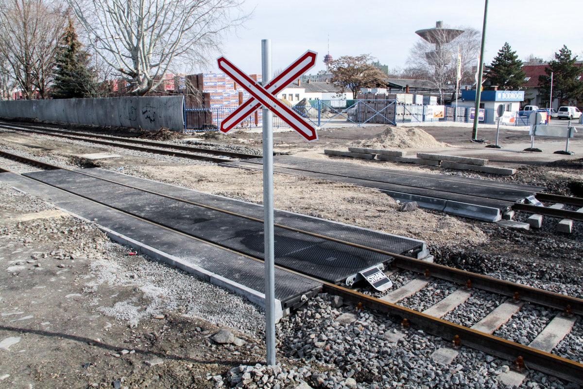 tram-train vasút sín rókus átjáró