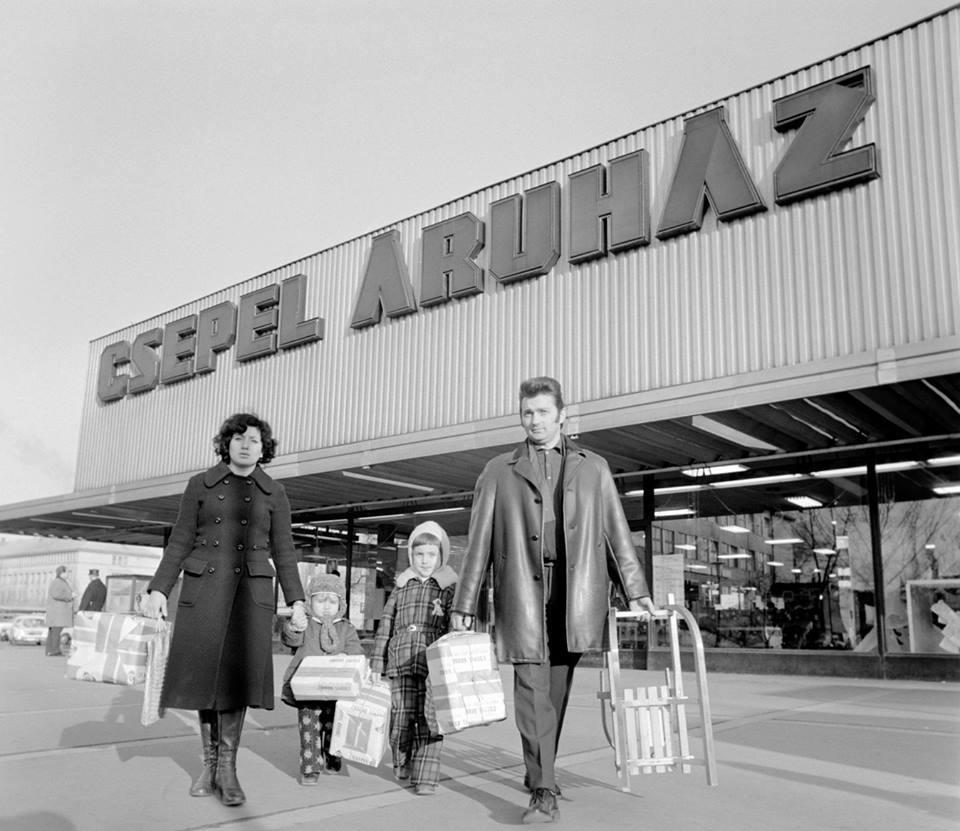 Mai történelmi rovatunkban egy képet közünk a Csepel Áruházról, mely 1975. december 14. ezüstvasárnap készítette Soós Lajos, az MTI munkatársa.