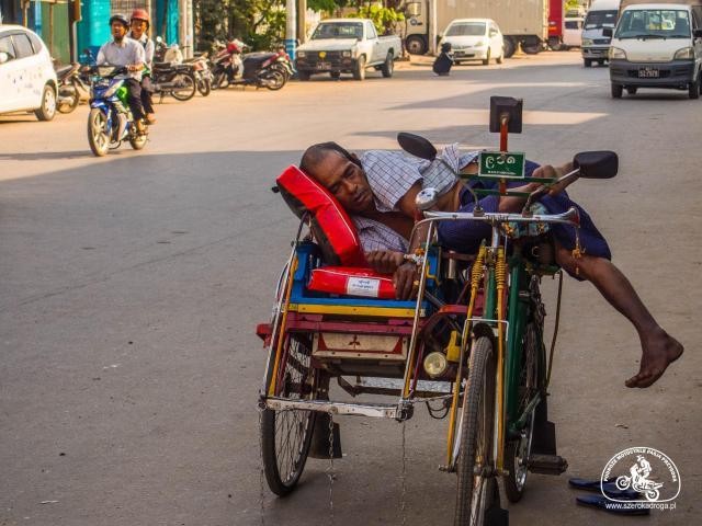 Transport w Birmie i absurdy drogowe