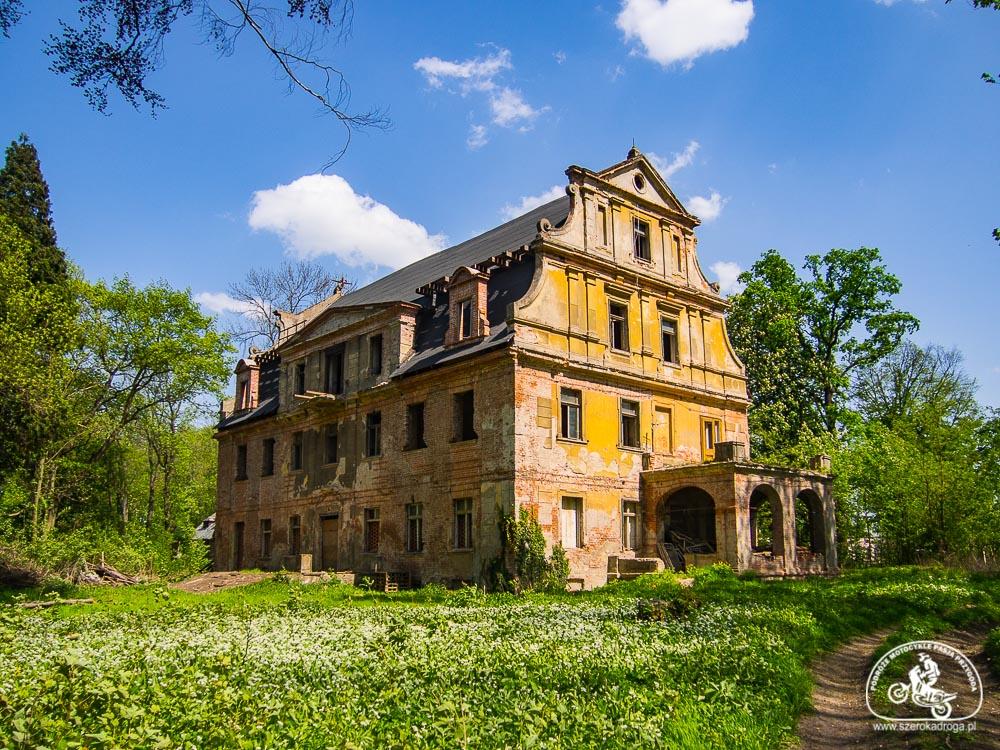 pałace na Opolszczyźnie, opuszczony dwór w Biestrzykowicach