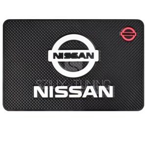 Nissan csúszásgátló telefontartó autószőnyeg