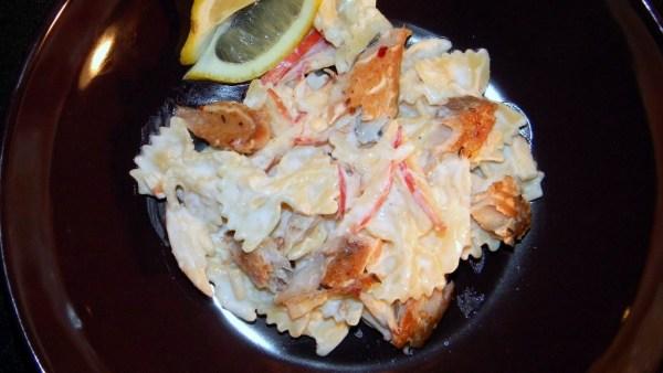 Füstölt, fűszeres makréla saláta, almával, mézes-tormás joghurt öntettel