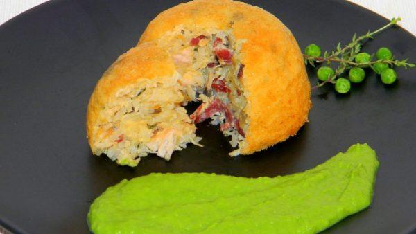 Csirkés rizsfelfújt, medvehagymás-korianderes zöldborsó krémmel