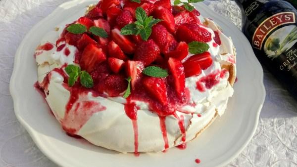 Pavlova torta Baileys-el és eperrel