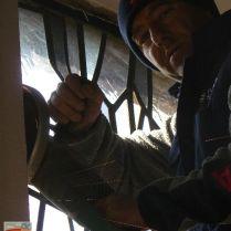 Ferenc sokat fáradozott az ablakok szakszerű kibontásán