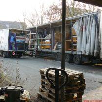 Az üresen maradt helyeket ruhákkal ágyneműkkel matracokkal töltöttük fel
