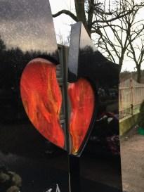 Szklane serce w pomniku - szkło wytapiane w formie, ręcznie szlifowane i polerowane